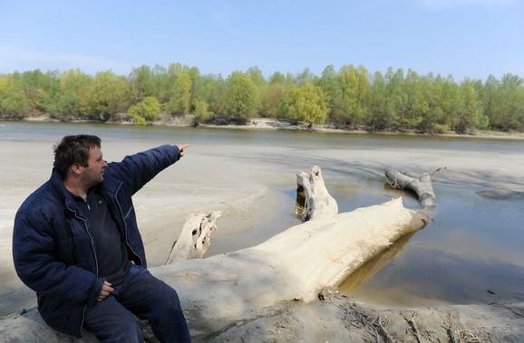 Jovan Janjić na mestu gde je leti moguće pregaziti Dunav
