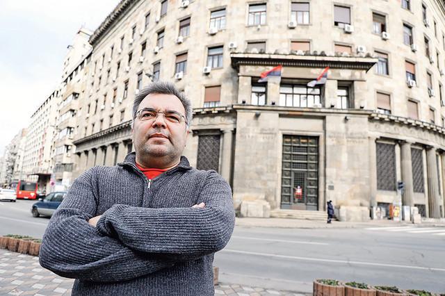Bojan Dimitrijević ispred zgrade nekadašnjeg CK SKJ, na Trgu Nikole Pašića , u kojoj su danas Institut za savremenu istoriju, Muzej Jugoslavije i Ministarstvo kulture