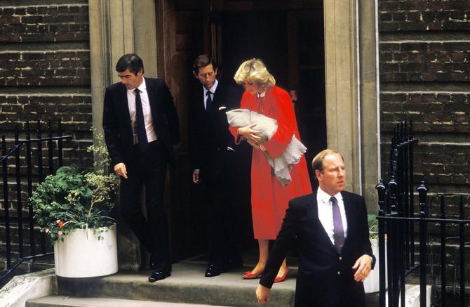 Princeza Dajana sa princom od Velsa i sinom Harijem napušta Lindo Ving porodilište u Sent Meri bolnici u Londonu