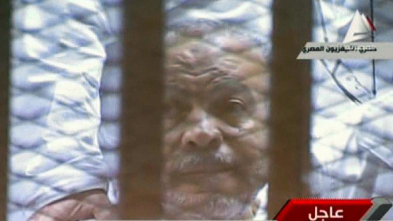 Obalony przez armię w 2013 roku prezydent Mohammed Mursi, stojąc przed egipskim sądem, oskarżył obecne władze o nielegalne pozbawienie go władzy i przetrzymywanie w więzieniu