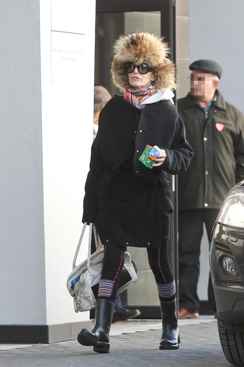 Kora Jackowska w czapce wychodzi ze szpitala