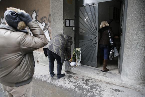 Komšije i prijatelji ubijenog studenta ispred zgrede u kojoj je živeo i gde je ubijen palili sveće