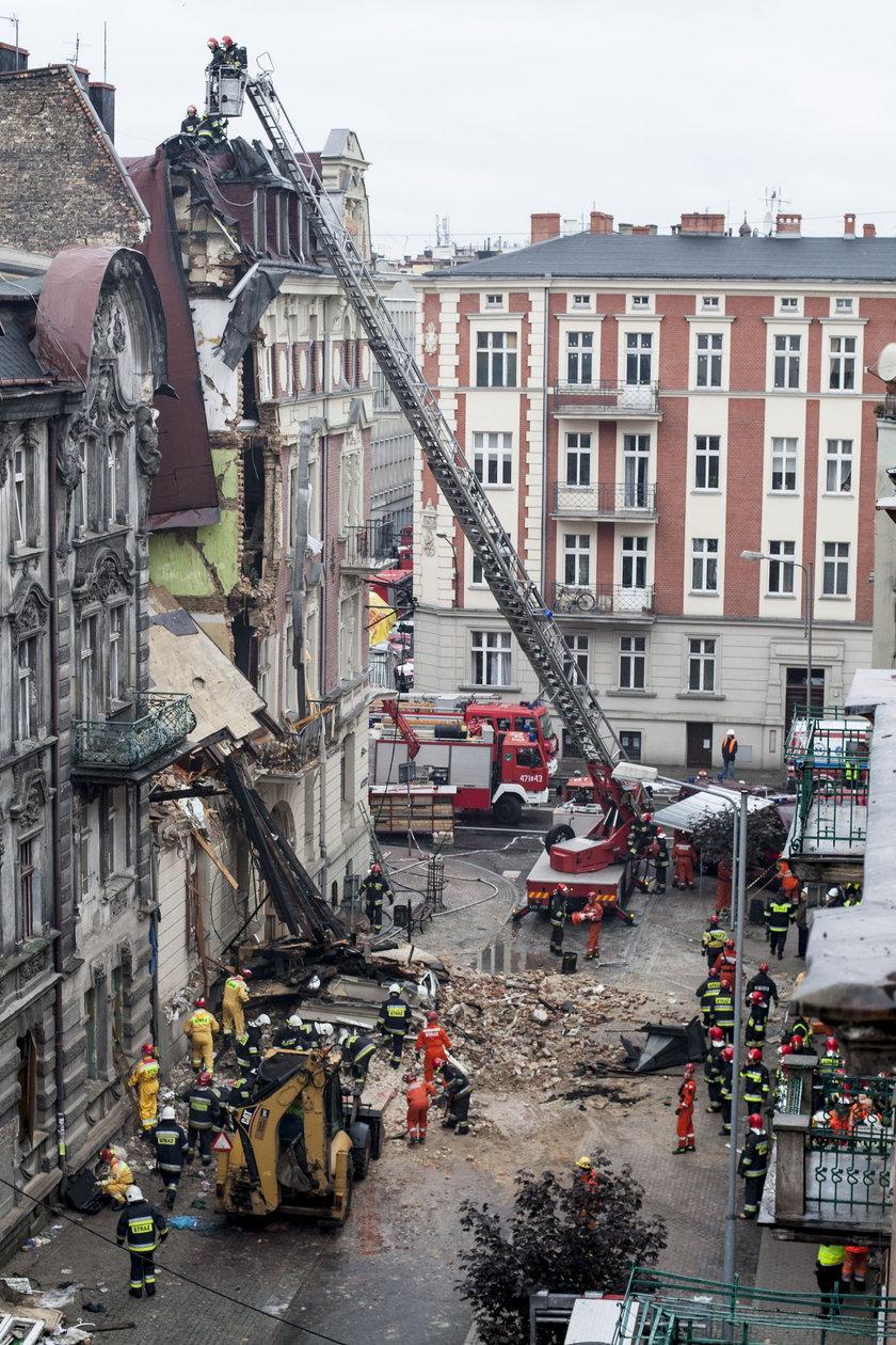 150 strażaków prowadzi dramatyczną akcję poszukiwawczą ofiar