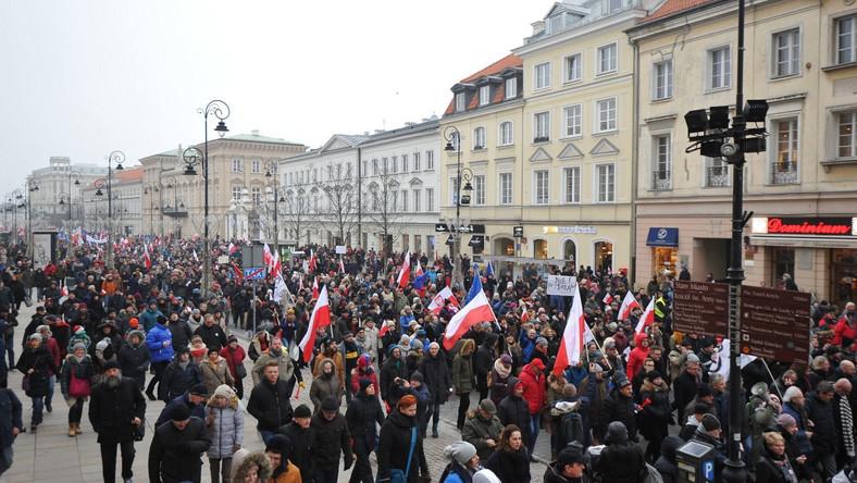 Protestujący na trasie spod Pałacu Prezydenckiego pod Sejm
