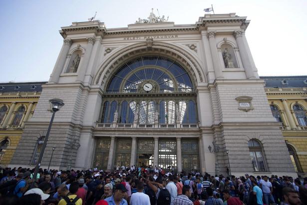 Węgierskie władze tłumaczą, że działają zgodnie z unijnymi regulacjami i uniemożliwiają dalszą podróż poza Węgry osobom, które nie posiadają wiz i dokumentów