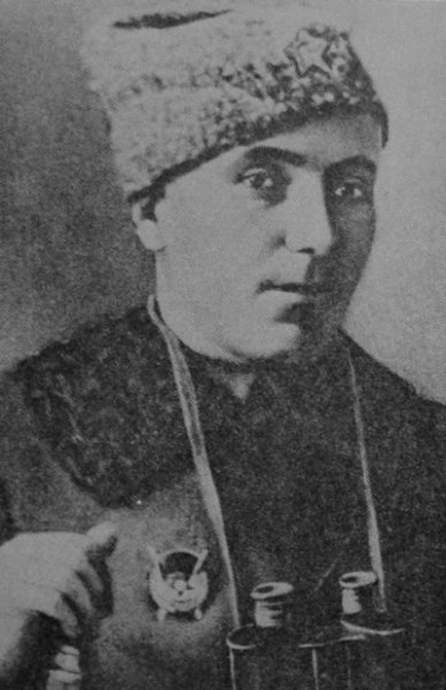 Jedna od retkih fotografija Oleka Dundiča - Alekse Dundića, napravljena tokom Ruskog građanskog rata. Dundić na grudima nosi Orden Crvene zastave.