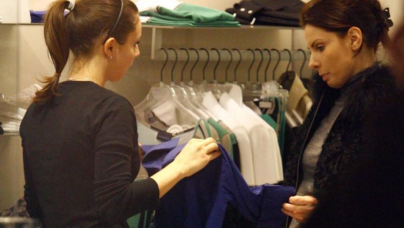 Agnieszka Dygant buszuje po sklepowych półkach