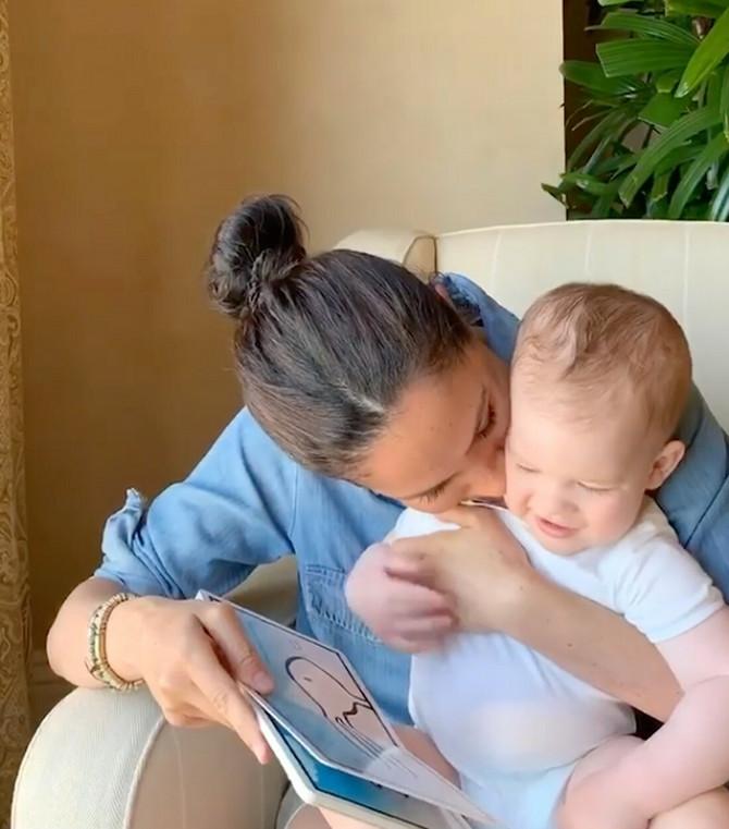Megan Markl sa Arčijem na njegovom prvom rođendanu