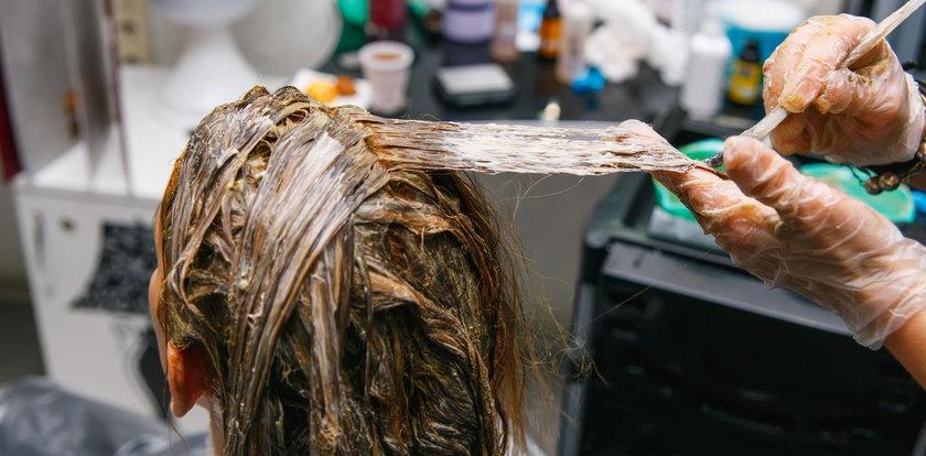 Fatalny finał farbowania włosów. Fryzjerka musi zapłacić klientce 10 tys. zł!