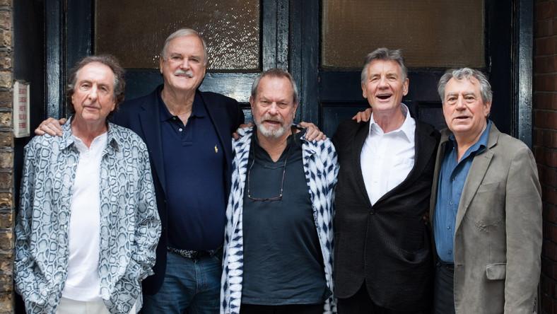 –Jesteśmy gangiem, ale nigdy już nie zrobimy niczego razem, bo tak naprawdę żaden z nas tego nie chce – powiedział kiedyś Eric Idle, ale czas oczywiście zweryfikował jego opinię. Reaktywacja grupy Monty Python to jedno z najbardziej oczekiwanych wydarzeń nadchodzącego roku. Tak można przynajmniej sądzić po reakcji fanów na informację, że Pythonów będzie można po wieloletniej przerwie znów zobaczyć na żywo. Zapowiedziany na 1 lipca występ w londyńskiej hali O2 wywołał prawdziwą gorączkę. Nadzieję na wejściówkę można było mieć przez 43,5 sekundy – tyle czasu zajęło sprzedanie wszystkich biletów. –Reakcja na wieść o naszym powrocie wydaje mi się bardzo, bardzo niemądra – skomentował John Cleese, dodając jednak, że członkowie grupy czują się wzruszeni