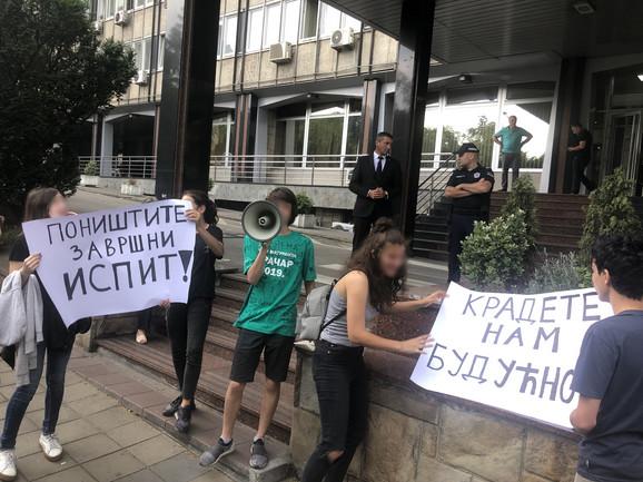 Osmaci sa transperntima ispred Ministarstva prosvete
