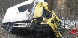 Samochód-chłodnia zmiażdżony! Uderzył w drzewo