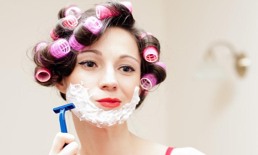 Kobiety golą twarz.