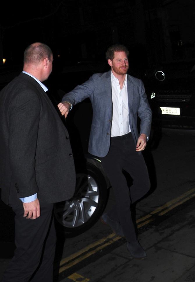 Princ Hari u pratnji obezbeđenja dolazi u restoran u Čelsiju - burma sija na ruci