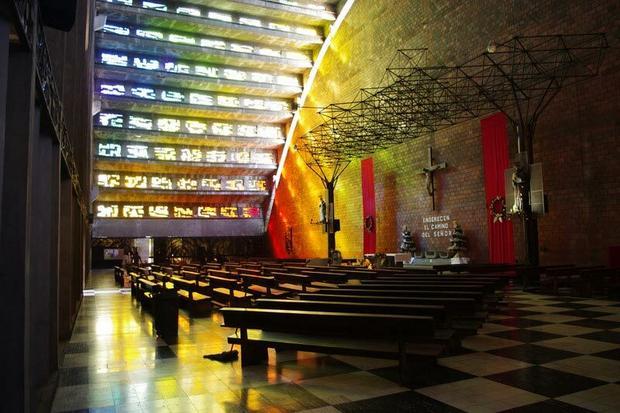 """Wnętrze kościoła El Rosario: """"Wchodzimy więc w burzę kolorów, tak ciepłą i ogarniającą wszystko, że to aż niewiarygodne""""."""