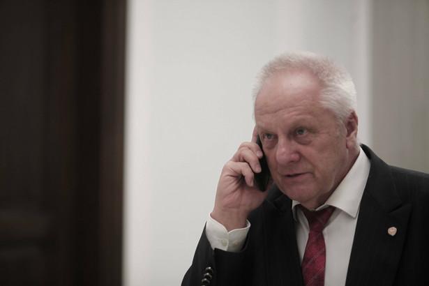 Stefan Niesiołowski rozmawia przez telefon