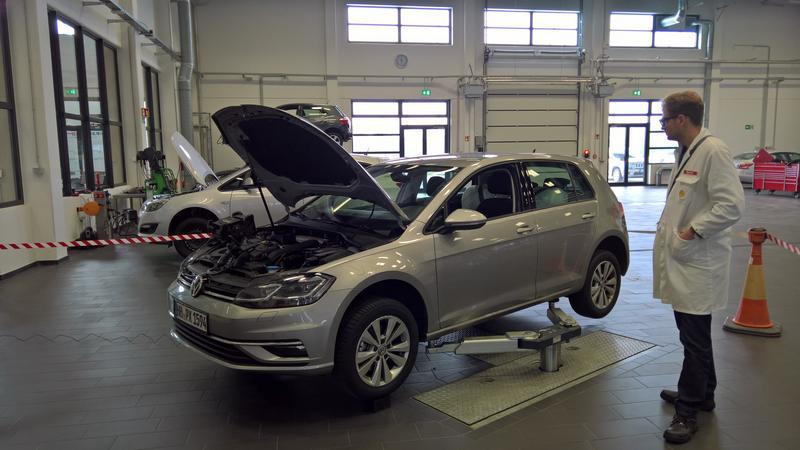 Oto jeden z testowych pojazdów do badania wpływu paliw na silniki. Świeży VW Golf TSI