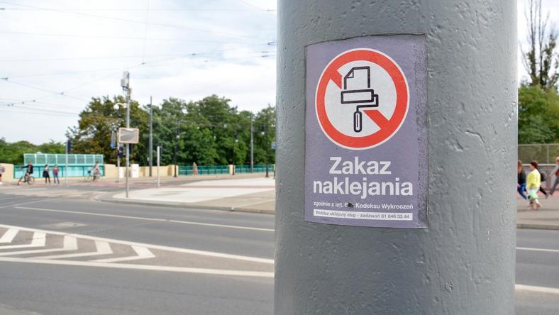 Nielegalne plakaty zniknęły ze słupów w Poznaniu