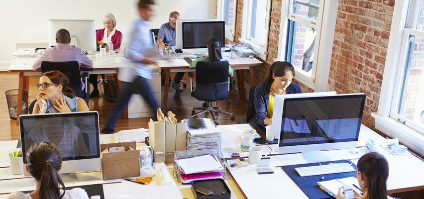 11 ćwiczeń dla pracujących przy biurku. Zacznij od poniedziałku, a jeżeli kończysz dziś spóźniony projekt, wykorzystaj je już dzisiaj!
