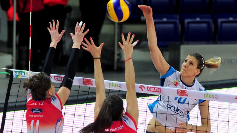 Piłkę zbija atakująca po drugiej stronie siatki Anja Bjelica (P) z Chemika Police, blokują Paulina Głaz (L) i Dominka Nowakowska (C) z Developres SkyRes Rzeszów