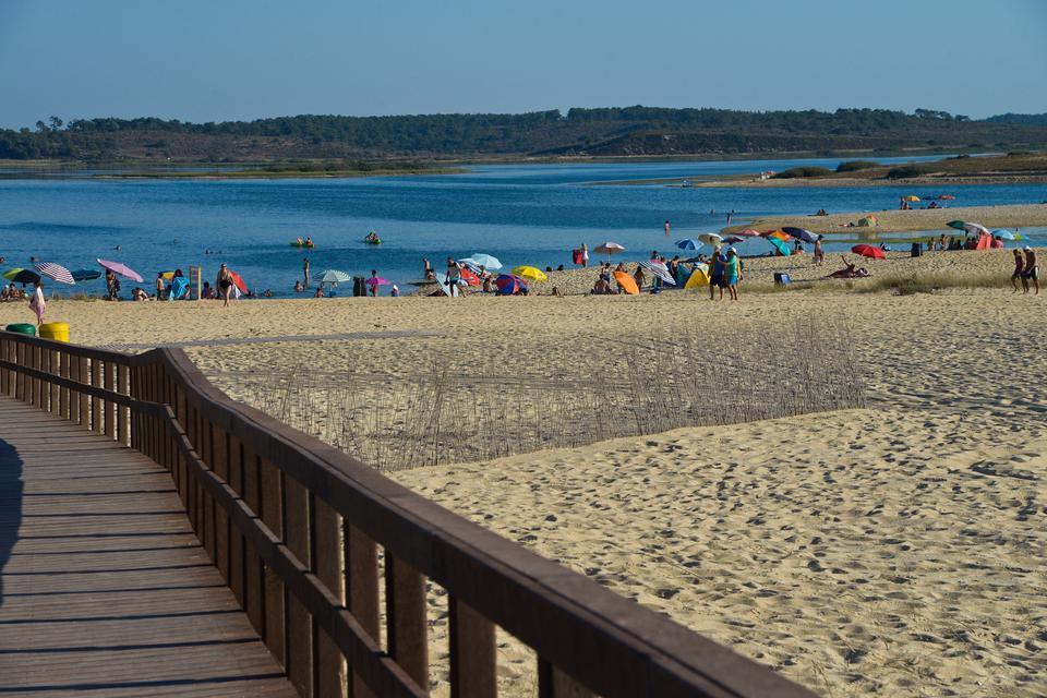Lagoa de Santo André - jezioro powstałe z wód oceanu, które spłynęły na plażę.