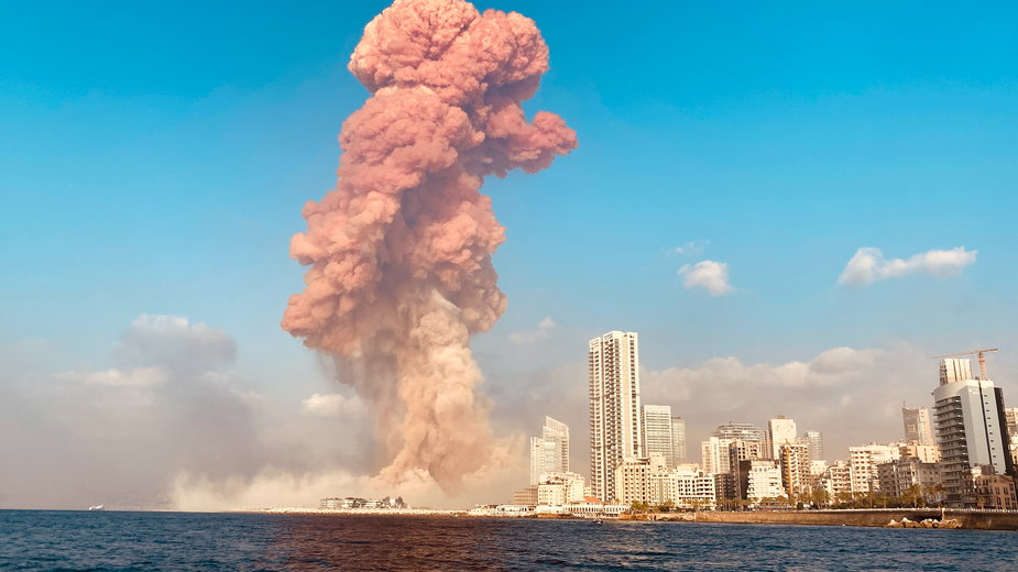 Widok na płonący port w Bejrucie