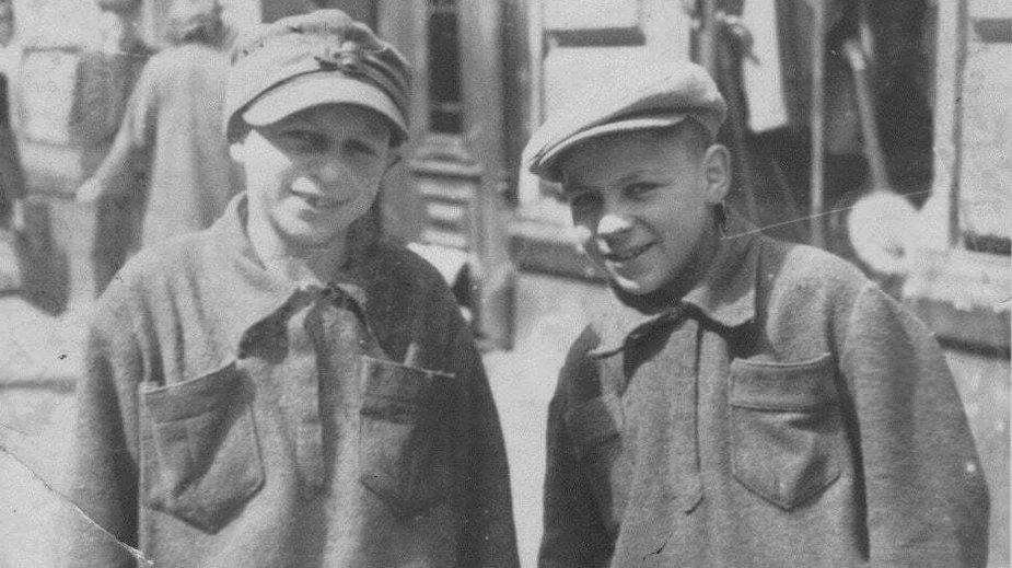 Dwaj Papierosiarze z placu Trzech Krzyży: Zalman (Zenek – po prawej) i Peretz (Paweł) Hochman