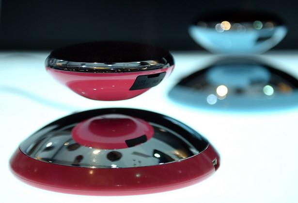 Głośniki Bluetooth 'CE Air2' firmy Axxess Ce Te lewitujęce w rytm muzyki głośniki to jeden z hitów CES 2015. Choć podobne urządzenia wykorzystujące pole magnetyczne były już pokazywane, głośniki robią wrażenie także niezwykłym, kosmicznym designem. Na razie nie podano daty pojawienia się urządzenia na rynku. PAP/DPA.