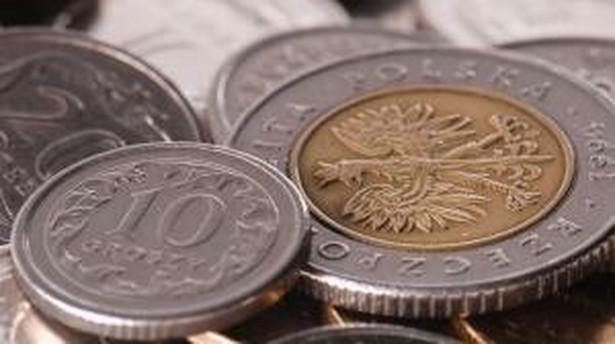 We wtorek ok. 16:45 za jedno euro inwestorzy płacili 3,3221 zł, a za dolara 2,2607 zł. Euro/dolar kwotowany był na 1,4695.