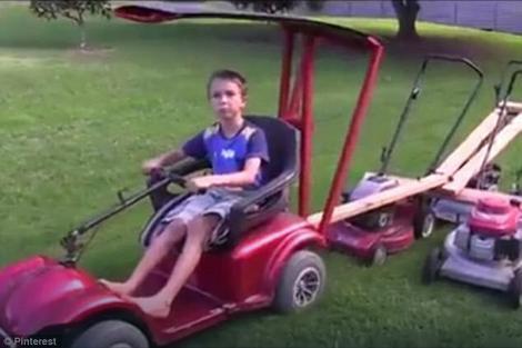 Dok se vozika naokolo može i da pokosi travu