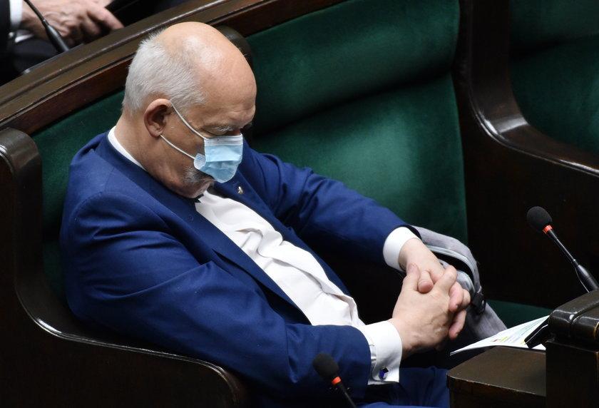 Janusz Korwin-Mikke odpoczywa w Sejmie