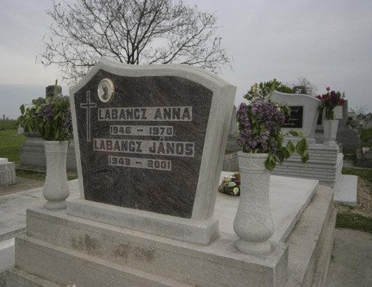 Labancz Anna és testvére sírja. A lány 24 éves volt, amikor megölték