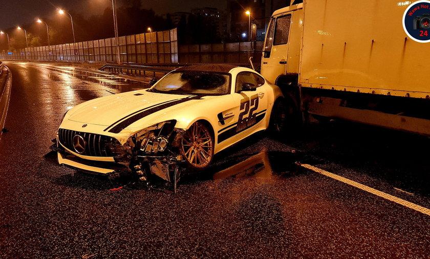 Wypadek mercedesa na Wale Miedzeszyńskim. Rozbite auto za milion złotych
