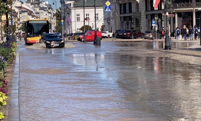 Woda zalała ul. Królewską i Krakowskie Przedmieście.