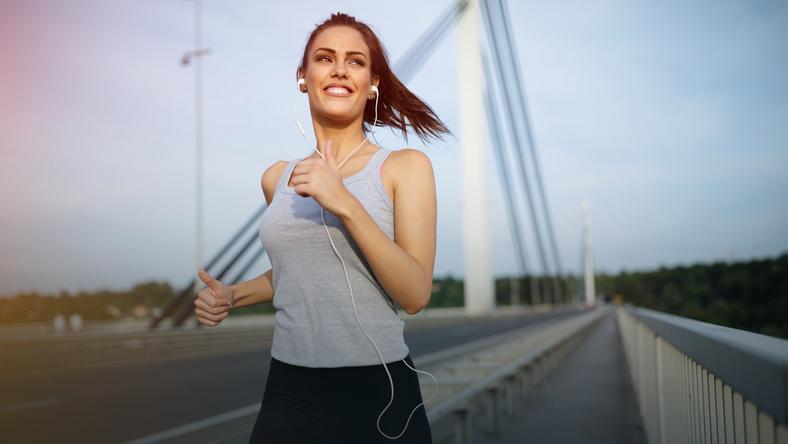 Są łatwiejsze od joggingu, a odchudzają skutecznie. Spróbuj!