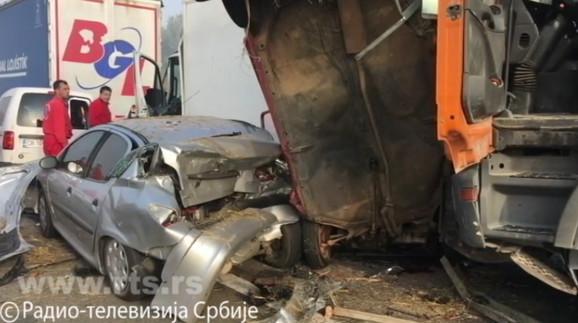 Stravičan udes na autoputu: Šest osoba poginulo, tridesetak povređeno