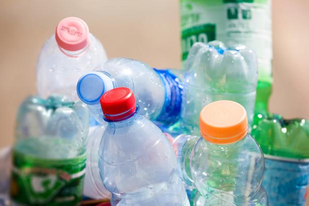 150 mln ton to szacowana całkowita waga plastiku dryfującego po morzach