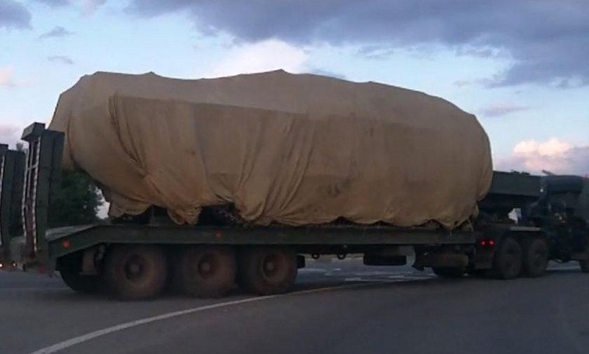 Transportowiec z ukrytym pod plandeką ładunkiem.