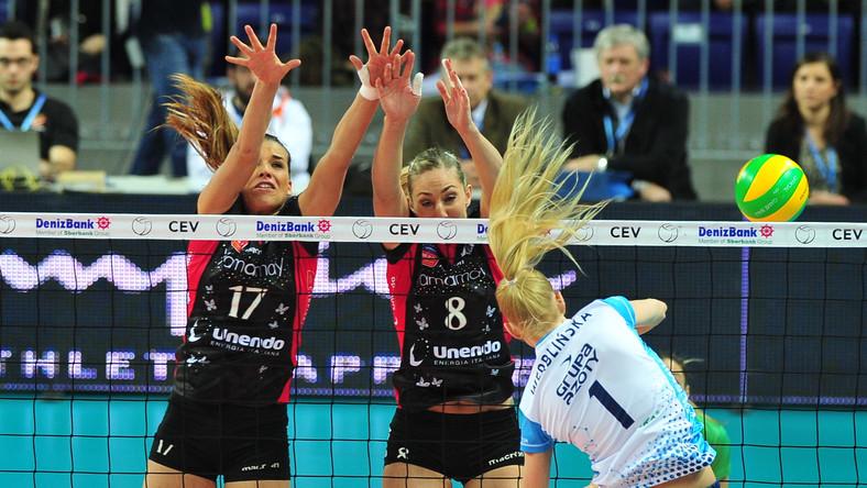 Anna Werblińska (P) z Chemika Police oraz Rebecca Perry (C) i Giulia Pisani (L) z włoskiego Unendo Yamamay Busto Arsizio w półfinałowym meczu turnieju Final Four Ligi Mistrzyń siatkarek w Szczecinie