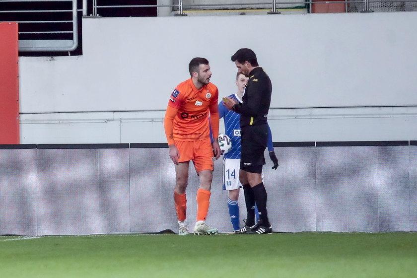 Brutalnie zaatakował przeciwnika, Piotra Pyrdoła (22 l.). W sobotę okazało się, że złamał młodemu zawodnikowi nogę.