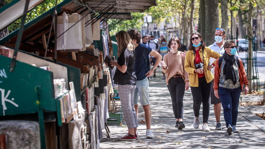 Koronawirus. Francja: w Paryżu maseczki będą obowiązkowe również na zewnątrz