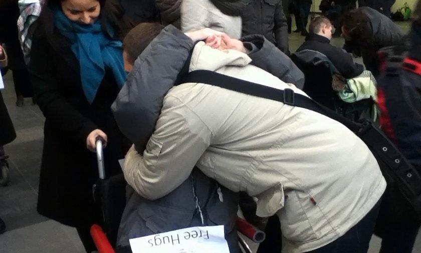 Poznań. Wielkie przytulanie na dworcu PKP