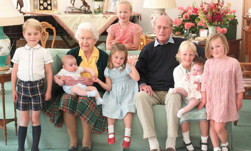 Królowa Elżbieta i książę Filip z prawnukami.