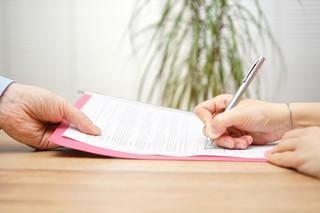 Jak umowę-zlecenie zawartą z własnym pracownikiem wliczyć do podstawy wymiaru zasiłku