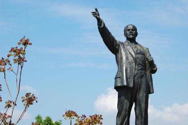 """""""Miejscowy Lenin przetrwał tu 2,5 roku od początku leninopadu. Tutejsze władze nie spieszyły się z realizacją ustawy o dekomunizacji, jednak urzędnicy zostali przyciśnięci przez działaczy społecznych"""" – podała stacja."""