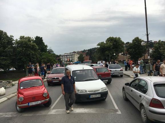 Blokada saobraćaja zbog goriva na mostu u Sinđelićevoj ulici