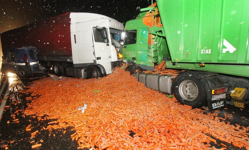 Wypadek TIRa z marchewką