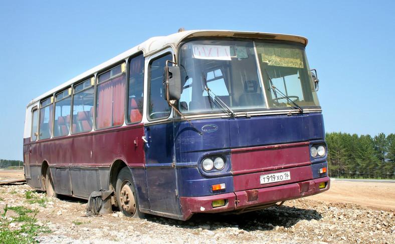 Stary kultowy Autosan HB9-20 porzucony przy drodze w Tatarstanie