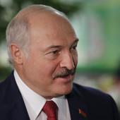 """""""ČAŠICA VOTKE SVAKOG JUTRA"""" Predsednik Belorusije ne prestaje da ŠOKIRA, ali navijači su se konačno dozvali pameti"""