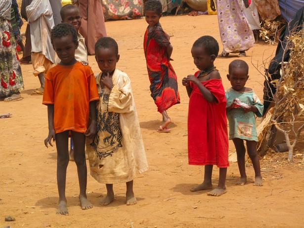 Dzieci w jednym z somalijskich obozów czekają na jedzenie